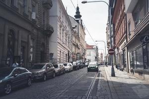 Plzen, República Checa 2017 - calle zbrojnicka en la concurrida ciudad turística foto