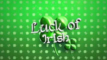 animação closeup sorte do texto irlandês e movimento trevos verdes grandes no fundo brilhante do dia de São Patrício video