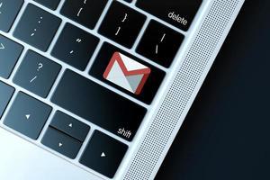 icono de gmail en el teclado de la computadora portátil foto