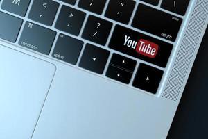 Editorial ilustrativa de 2018 del logotipo de youtube sobre el teclado de la computadora