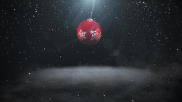 geanimeerde close-up witte sneeuwvlokken en rode ballen op donkere achtergrond video