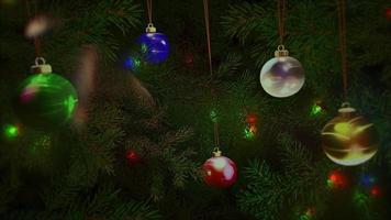 geanimeerde close-up kleurrijke ballen en groene boomtakken op glanzende achtergrond video