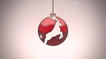 geanimeerde close-up witte sneeuwvlokken en rode ballen op een donkere achtergrond video