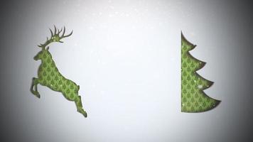 geanimeerde close-up groene kerstboom en herten op sneeuw achtergrond video