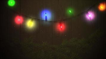 Guirlande colorée gros plan animé et branches d'arbres verts de Noël sur fond de bois video