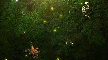 bolas de close up animadas e galhos de árvores verdes em fundo brilhante