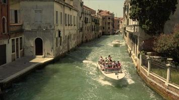 vista panorâmica do estreito canal de veneza com edifícios históricos video