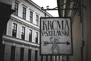 República Checa 2016-- Inn sign en cesky krumlov foto