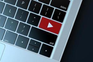 2018: editorial ilustrativa del símbolo de youtube sobre el teclado de la computadora