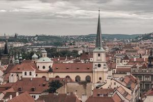 vista del paisaje urbano histórico de praga foto