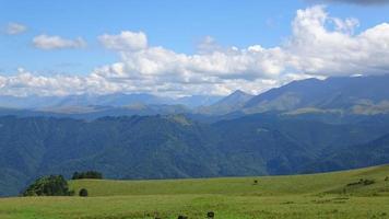 Lapso de tiempo escenas de las montañas en el parque nacional de Dombai, Cáucaso, Rusia video