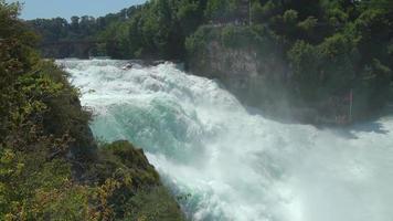 Voir la cascade les chutes du Rhin à Schaffhouse en Suisse