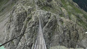 loop door triftbrug, rond meer en bergen, nationaal park zwitserland