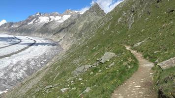 loop door de grote aletschgletsjer in nationaal park zwitserland