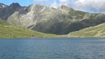 Vue panoramique sur le sommet des montagnes et du lac dans les Alpes suisses