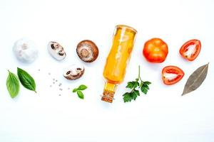 Ingredientes italianos frescos sobre fondo blanco. foto