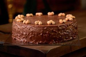 pastel de chocolate con avellanas foto