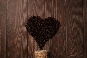 granos de café dispuestos en forma de corazón foto