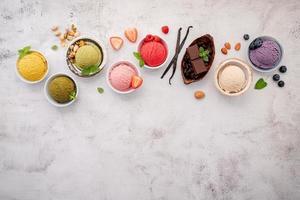 Surtido de helados y copie el espacio. foto