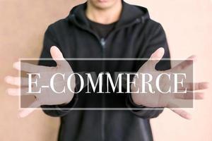 Concepto de comercio electrónico en una pantalla digital con manos humanas.