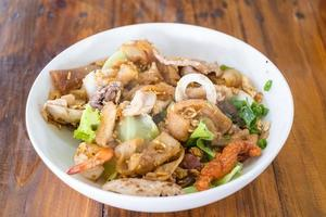 fideos de arroz frito tailandés con pollo y camarones foto
