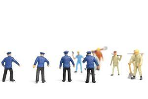 Policía en miniatura y una turba enojada sobre un fondo blanco.
