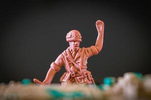 Primer plano de un mini soldado de juguete sobre un fondo negro foto