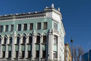 paisaje urbano de edificios altos y cielo azul nublado en vladivostok, rusia foto