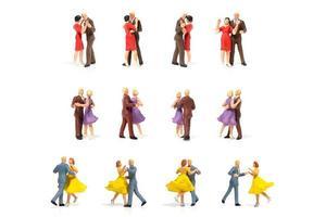 Parejas en miniatura bailando románticamente sobre un fondo blanco, el concepto de San Valentín