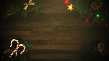 closeup animado guirlanda colorida e galhos de árvores verdes de Natal em fundo de madeira video