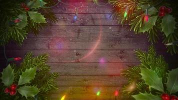 geanimeerde close-up kleurrijke slinger en kerst groene boomtakken op hout