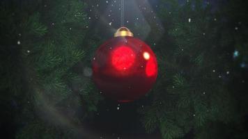 Primer plano animado de copos de nieve blancos y bolas rojas sobre fondo de ramas verdes video