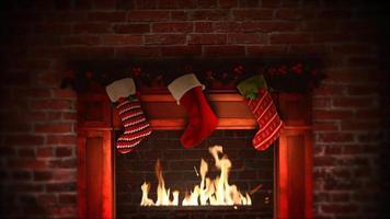closeup animado lareira e presentes nas meias de natal em fundo de tijolos