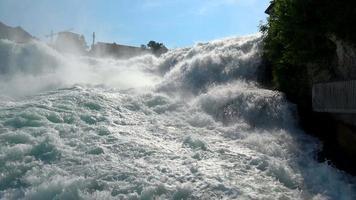 Voir la cascade du Rhin tombe à Schaffhouse, Suisse