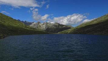 time-lapse uitzicht op de top van de bergen en het meer in de Zwitserse Alpen