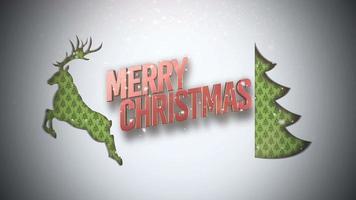 geanimeerde tekst van close-up vrolijke kerst, groene kerstboom en herten op sneeuw achtergrond video