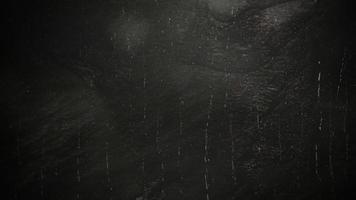 filmische achtergrond met regen op donkere muur en bewegingscamera video