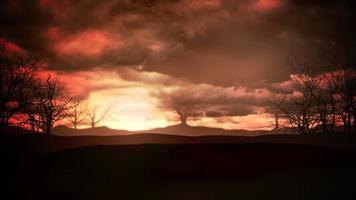 mystischer Animations-Halloween-Hintergrund mit dunklen Wolken und Bergen