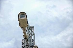 cámara de vigilancia contra el cielo