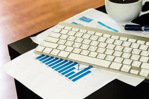 teclado y documentos foto