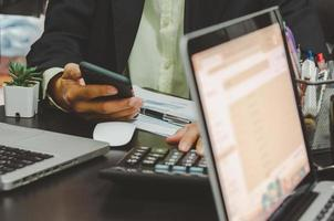 profesionales que utilizan dispositivos en una reunión de negocios