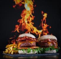 hamburguesas con papas fritas con plato foto