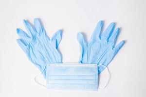 mascarilla quirúrgica y guantes de nitrilo foto