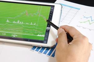 persona mirando gráficos en una tableta foto