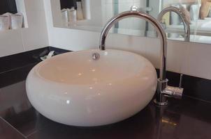 lavabo redondo en el baño