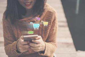 mujeres que usan teléfonos inteligentes para realizar ventas en línea para personas foto