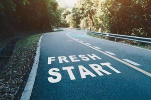 nuevo comienzo en el carril de la carretera representa el comienzo de un viaje hacia el destino foto