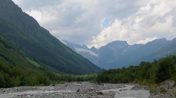 Ver escenas de ríos en las montañas, parque nacional dombai, cáucaso, rusia