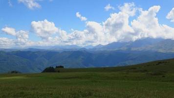Time lapse des scènes de montagnes dans le parc national de Dombai, Caucase, Russie