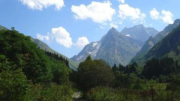 scena di montagne di lasso di tempo nel parco nazionale di dombay, caucaso, russia, europa video
